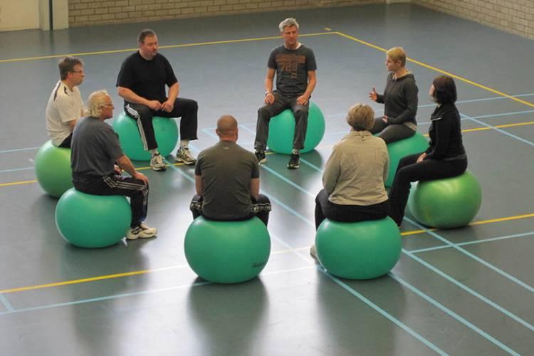 Groep volwassenen op groene skippy ballen