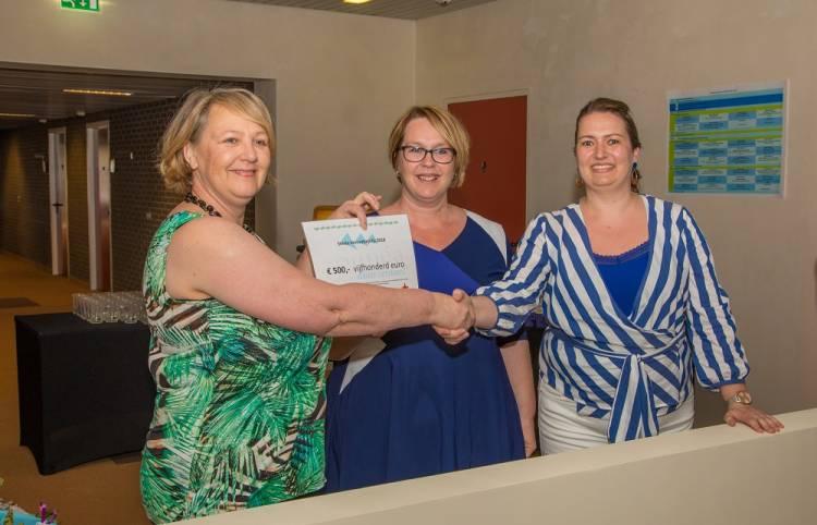 Overhandiging van de Siméa Innovatieprijs 2018 door juryvoorzitter Marjan Bruins. Namens de Auris behandelgroep namen de glunderende Natasja van Overmeire en Florence van der Hulst de prijs in ontvangst.