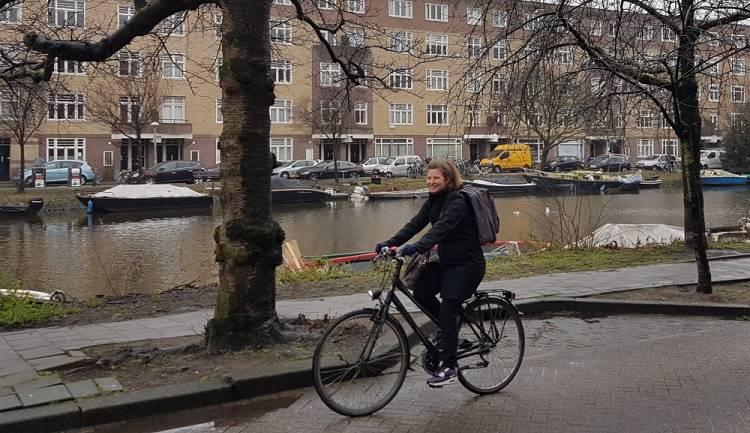 Regiocoördinator Suzanne van Oostrom op weg naar een screening, de apparatuur in de rugtas