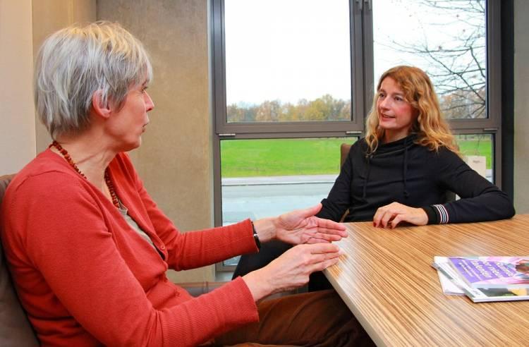 Wat hoogleraren Maaike Hajer (l) en Ellen Gerrits (r) betreft, mag het onderwerp 'onderwijs aan nieuwkomers' hoog op de politieke agenda komen