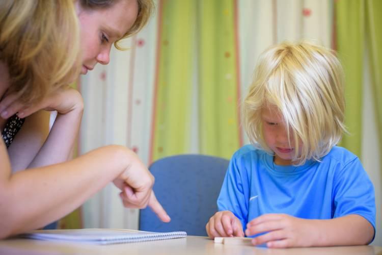 Test wordt door professional afgenomen bij een jong kind