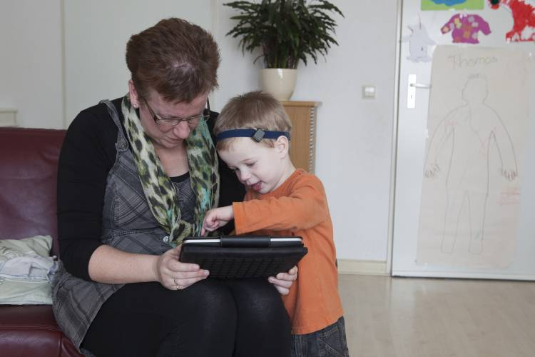 Vrouw met peuter en iPad