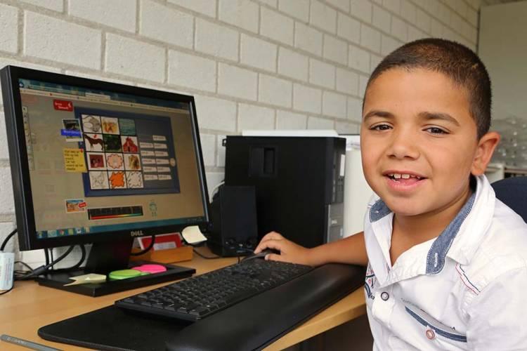 Jongen bij beeldscherm met programma Leeskilometers