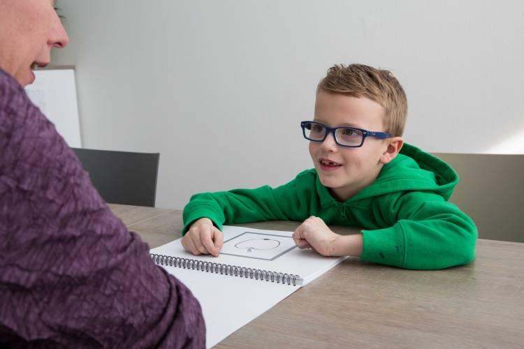 Jongen wijst plaatje aan in een testmap