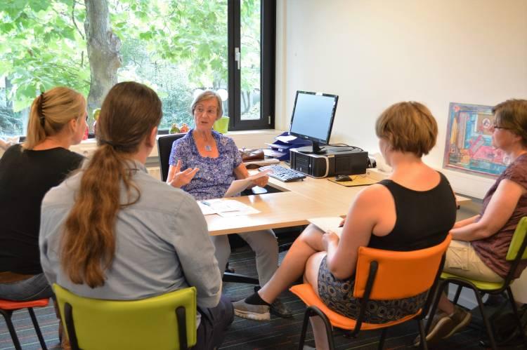 Cursisten in gesprek met Marianne Hoge van Stichting Hoormij