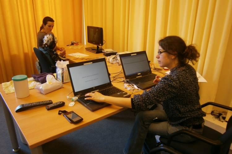 Onderzoekers achter de computer werken gegevens uit