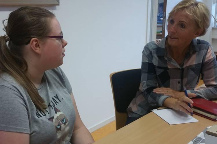 Leraar en leerling aan het werk in aparte kamer op school