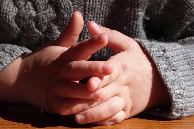 Handen van een klein kind